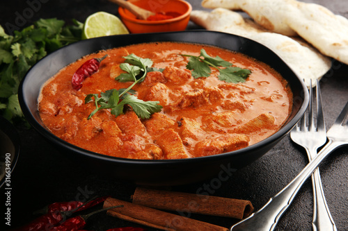 Photo Chicken tikka masala spicy curry meat food in pot with rice and naan bread