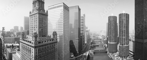 Obraz This is a view looking over the Chicago River. The Marina Tower Apartments, the Wrigley Building and the skyline surround the river. It is a black and white shot. - fototapety do salonu