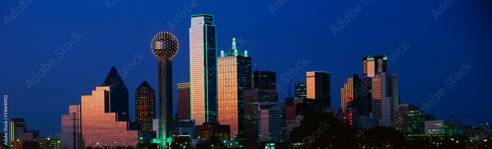 Fototapeta This is the skyline at dusk. It shows the Reunion Tower which is 50 stories high.