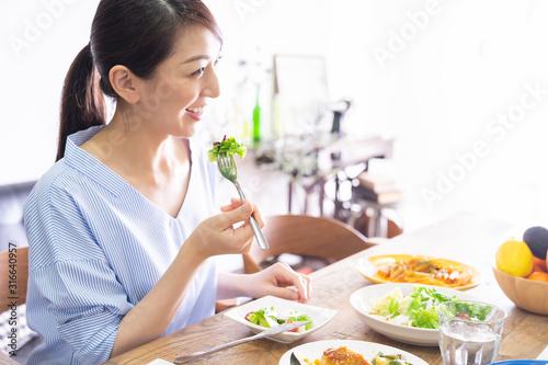 Fototapeta 食事をする女性 obraz
