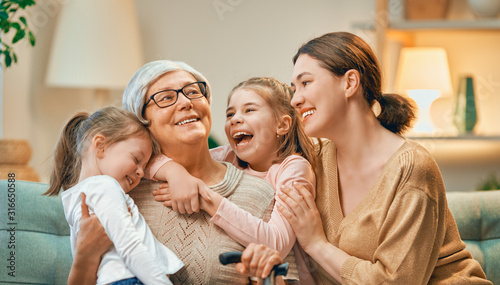 Obraz girls, their mother and grandmother - fototapety do salonu