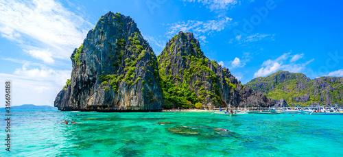 Tropical Shimizu Island and paradise beach, El Nido, Palawan, Philippines Tableau sur Toile