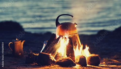 Fototapeta Kessel auf dem Lagerfeuer obraz