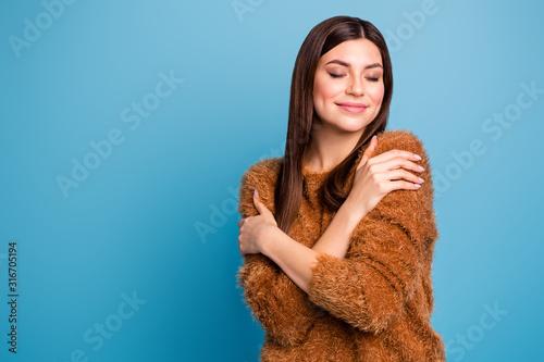 Photographie Portrait of calm cheerful girl hug herself enjoy warm fluffy sweater close eyes