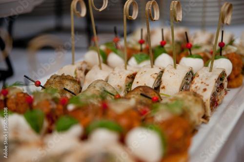 Obraz ładne jedzenie przystawki na stole - fototapety do salonu