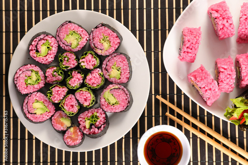 Fototapeta vegetarian maki roll with soy sauce- maki cooked with beetroot and avocado obraz