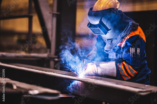 Worker welding in a factory. Fototapete