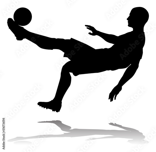 Photo  A soccer or football player in silhouette