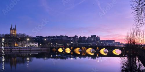 Fototapeta Panorama sur Angers de nuit avec une vue sur la cathédrale, le château du moyen âge et le pont qui enjambe la Maine obraz