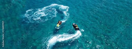 Photo Aerial drone ultra wide photo of jet ski watercraft couple cruising in high spee