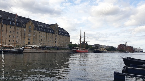 Photo Boat trip along the canals of Copenhagen with  view of the city promenade, with