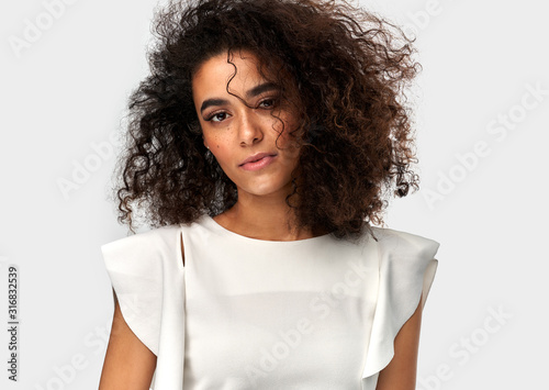 Photo Cute young latin woman with afro hairstyle isolated on white background
