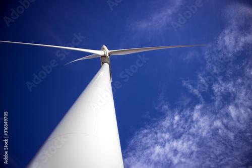 Photo Molino de viento al fondo cielo con nubes