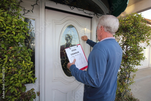 Man taking census, door to door Fototapet