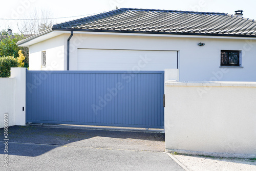 Obraz Automatic Sliding grey gate modern house - fototapety do salonu