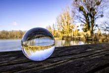 Boule De Cristal En Gros Plan Sur Une Table En Bois Au Bord D'un Lac - Voyance - Ésotérisme