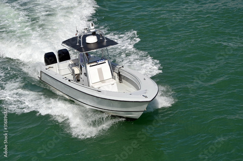 Fotomural White motor boat powered by two outboard engines speeding on the Florida Intra-C