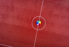 Regenbogenschirm Auf Sportplatz