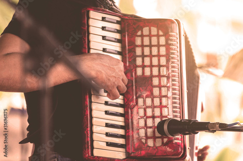 Fotografía Antique accordion, musicians happy accordion, playing at the wedding reception,