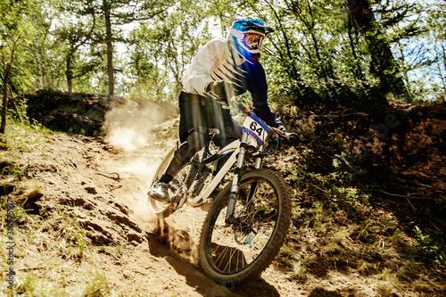 Foto downhill xtreme trail rider riding race in sunlight