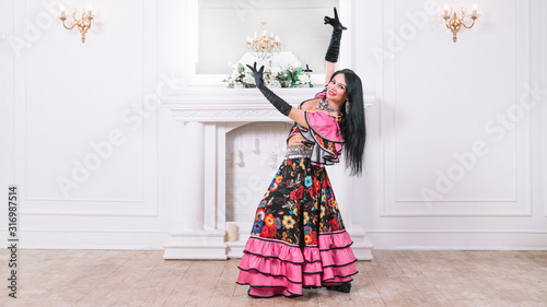 Photo singer of the Gypsy dance in traditional costume.