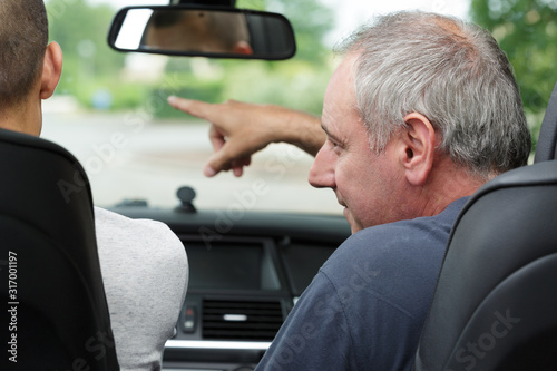 a male driver pointing at something Fototapet
