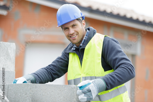 Fotografia male worker during wall installation