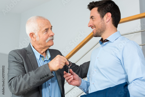 real estate agent giving keys to property owner Fototapete