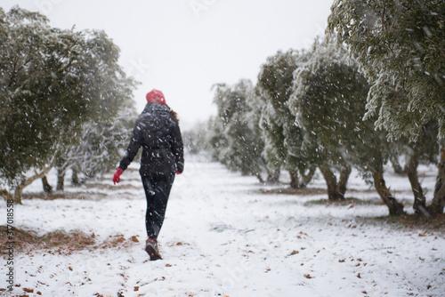 Chica joven de espaldas en campo nevado Wallpaper Mural