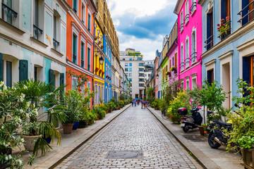 Cremieux Street (Rue Cremieux), Paryż, Francja. Rue Cremieux w 12. dzielnicy to jedna z najładniejszych ulic mieszkalnych Paryża. Kolorowe domy przy ulicy Rue Cremieux w Paryżu. Francja.