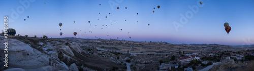 Photo Cappadocia, Turkey, Europe: hot air balloons floating at dawn and view of the va