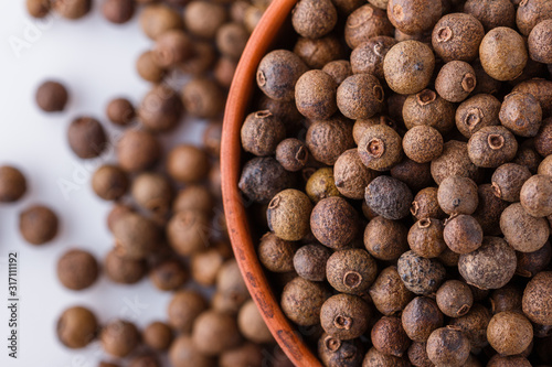 Photo fresh spicy peppers allspice on white acrylic background