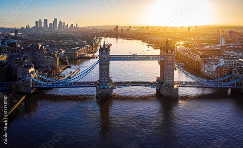 Foto View of Tower Bridge in the synny morning, London