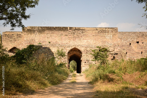 Photo Old Ancient Antique Historical Ruined Architecture of Golconda Fort Walls