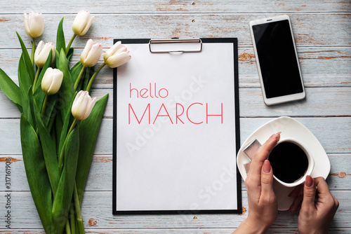 Foto Greeting card with the inscription Hello March