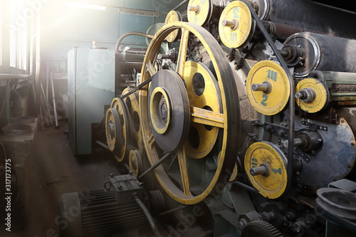 Photo Old spinning machine at an abandoned textile factory in the morning sun