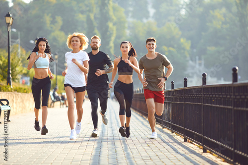 Obraz Group of runners in the park in the morning. - fototapety do salonu