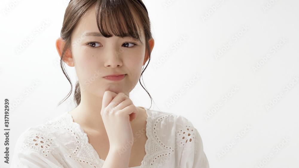 Fototapeta 若い女性 考える 悩む