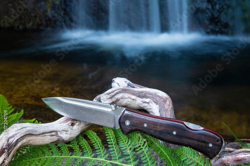 Navajas o cuchillos plegables para deporte de camping y bushcraft en la naturaleza Wallpaper Mural