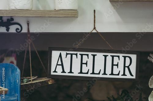 Photo Panneau en métal vintage avec texte atelier