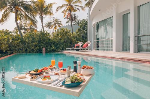 Fotografía Breakfast in swimming pool, floating breakfast in luxurious tropical resort