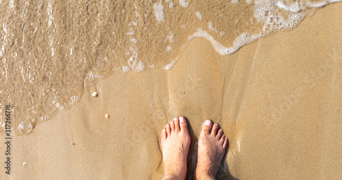 Photo Girl foot on the beach, walking barefoot on the sand