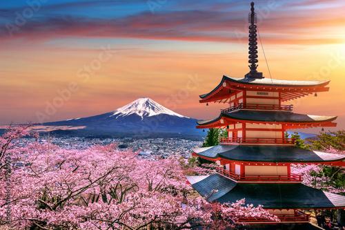 Obrazy Tokio  wisniowe-kwiaty-wiosna-pagoda-chureito-i-gora-fuji-o-zachodzie-slonca-w-japonii
