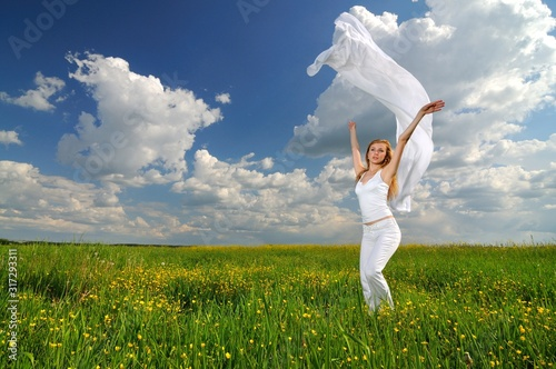 Photo Woman posing in a green field with airiness silk