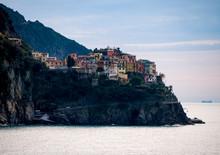Cinque Terre, Italia, 5 De Diciembre De 2019.  Vista Del Pueblo De Manarola Desde Corniglia, En La Región De Liguria Y Sobre El Mar Tirreno.