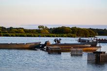 Barques De Pêche Et Nasse Sur...