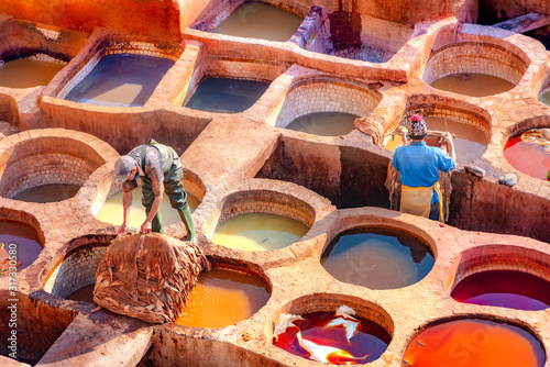 Fotografía Leather dying in a traditional tannery in the city Fes, Morocco