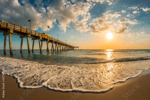 Fototapeta late afternoon sun over Gulf of Mexico and Venice Pier in Venice Florida obraz