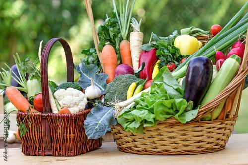 Obraz Healthy food, healthy diet is based on fresh organic vegetables - fototapety do salonu
