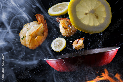 Cuadros en Lienzo Tossing Cooking Lemon Shrimp